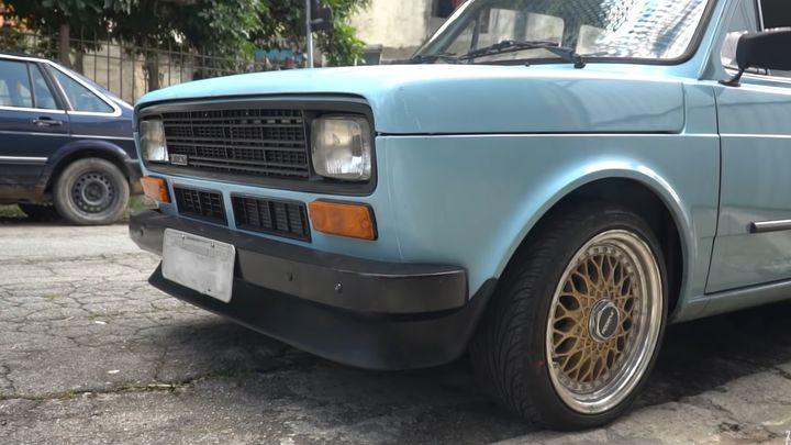 Cordeiro em pele de lobo: por fora, ele até parece um Fiat 147 convencional, mas no cofre tem o motor turboflex de 105 cv que tanto encanta os fãs do Up!